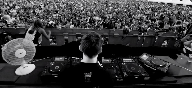 Video- Hardwell Makes A Crowd of 25,000 Jump In Breda
